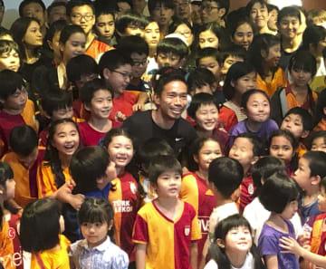 日本人学校の児童や生徒らと記念撮影する長友佑都選手(中央)=21日、トルコ・イスタンブール(共同)