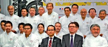 日本を代表するシェフ、三国清三さん(前列右)らと共に紹介される渡真利泰洋さん(同左から2人目)