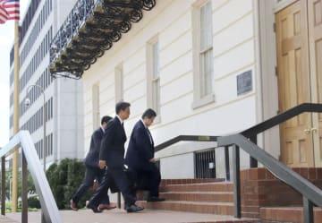 日米貿易交渉の事務レベル協議に臨む日本の交渉官ら=21日、米ワシントン(共同)