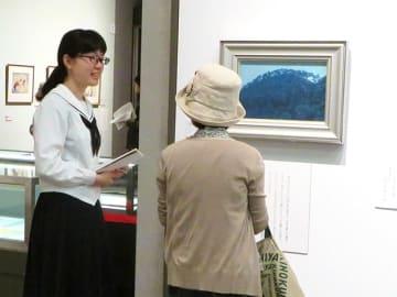 東山魁夷の作品を自分の言葉で来場者に解説する高校生=岐阜市大宮町、市歴史博物館