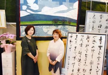 2人展を開いている森小筑さん(左)と池田由美子さん=基山町の酒ブティック丸久ギャラリー