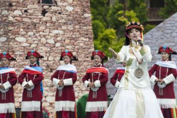 「美人谷」で山岳観光文化祭 四川省カンゼ·チベット族自治州