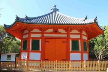 修復が終わり、鮮やかな朱色を取り戻した八角堂(八幡市八幡大芝)=市提供