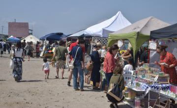 海岸に店舗が並んだマーケット=ひたちなか市阿字ケ浦町