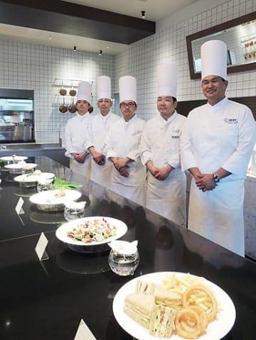 ハレクラニのシェイデン・サトウシェフ(右端)と帝国ホテル大阪のシェフがカニのサラダのサンドイッチ(手前)などを提供