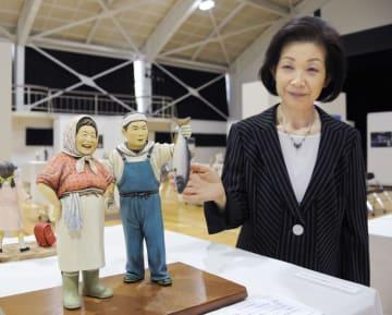 漁港で働く男女をモデルにした作品「浜にも春が来た」と人形作家宮竹真澄さん=22日午前、北海道東川町