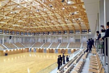 総合スポーツゾーンの新武道館を見学する視察者たち=21日午後3時20分、宇都宮市西川田4丁目