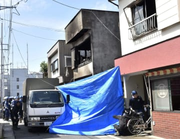 全焼した住宅(中央)=22日午前7時29分、埼玉県三郷市