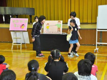 ボランティアの指導で不審者の声掛けから逃げる方法を学ぶ児童たち=御嵩町宿、上之郷小学校