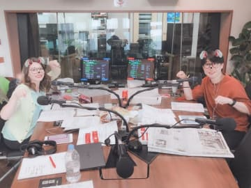 写真を加工して猫に扮した鈴村健一とハードキャッスル エリザベス(左)