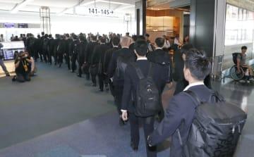 特殊詐欺に関与したとみられる日本人の男15人を移送するため、タイへ出発する警視庁の捜査員ら=22日午前、羽田空港