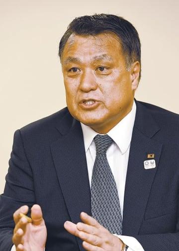河北新報社のインタビューに答える日本サッカー協会の田嶋会長