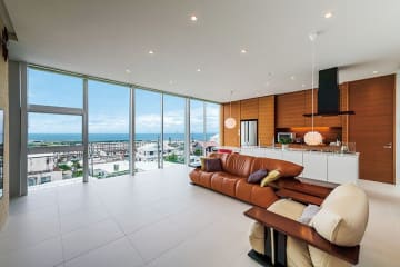 Tさん宅はより眺望の良い2階にLDKがある。南側には東シナ海を望む連窓。寝室、トイレからも同様の絶景が眺められる