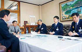 青山市長(左)に全国大会出場を報告する藤山消防士(右から2人目)