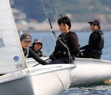 全国上位に照準を合わせて練習に励む女子の長崎工=長崎サンセットマリーナ沖