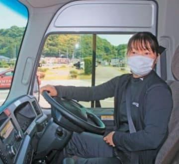 安全運転講習会でバスを運転する教職員=22日午前、大分市