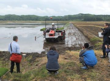 プロジェクトの田植え作業。GPSを活用して自動で直進する=21日、大仙市