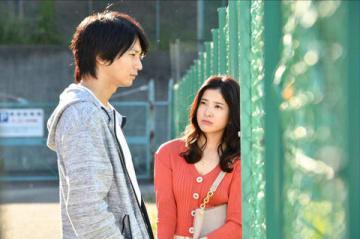 連続ドラマ「わたし、定時で帰ります。」に出演する俳優の向井理さん(左)と吉高由里子さん(C)TBS