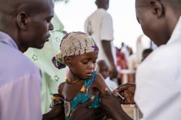 はしかの予防接種を受ける4歳の女の子 © Juan Haro