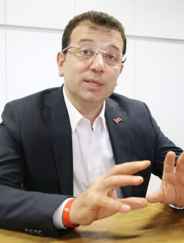 21日、トルコ・イスタンブールで取材に答える共和人民党のエクレム・イマモール氏(共同)