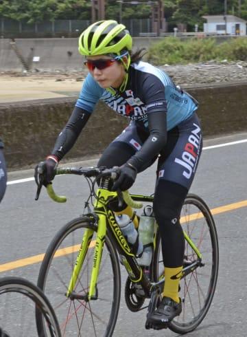 スピードスケートのナショナルチームの強化合宿で自転車をこぐ高木美帆=22日、宮崎県日南市