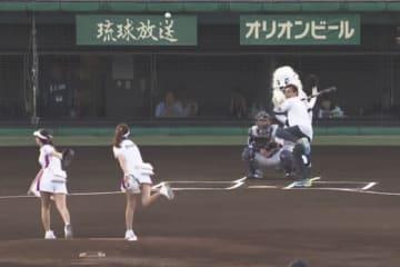 始球式に登場した元WBAライトフライ級王者でタレントの具志堅用高さん【画像:(C)PLM】