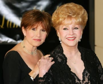 親友のようなキャリー・フィッシャー(左)と母デビー・レイノルズ - Photo by Ethan Miller / Getty Images