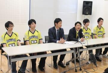 プロチーム結成の経緯を説明する関係者=秋田市