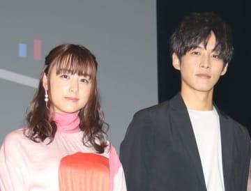 連続ドラマ「パーフェクトワールド」に出演している山本美月さん(左)と松坂桃李さん