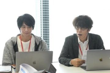 連続ドラマ「わたし、定時で帰ります。」に出演する俳優のユースケ・サンタマリアさん(右)と向井理さん(C)TBS