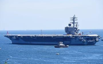 米海軍横須賀基地を出港する原子力空母ロナルド・レーガン=22日午前10時15分ごろ、横須賀市