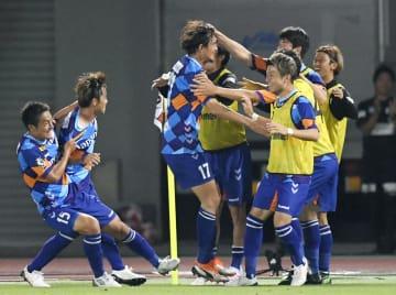 長崎―横浜M 後半、ゴールを決めた長谷川(中央)と喜ぶ長崎イレブン=トラスタ