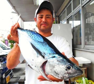 那覇一文字で59センチ、2.86キロのスマガツオを釣った国場俊さん=11日