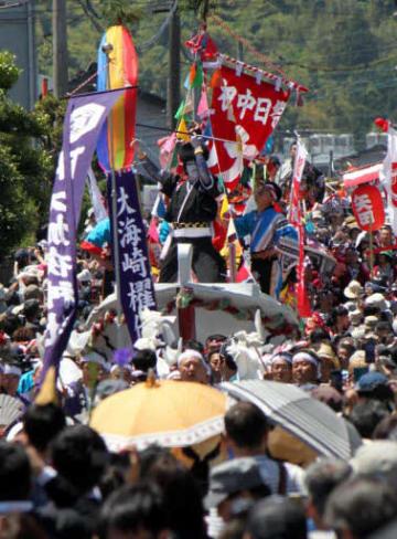 人波をかき分けて阿太加夜神社へと進む大海崎地区の陸船。船上では剣櫂たちが踊りを披露した