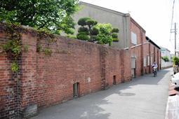 市道の拡幅に伴い撤去されることになった赤れんが壁=姫路市飾磨区宮