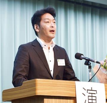 壇上で決意を語る木村会長