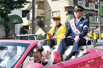 松山区長(助手席)、阿部篤警察署長(右)ら