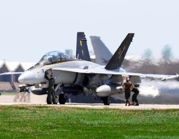 米軍嘉手納基地に飛来した米軍岩国基地に配備されているFA18戦闘機。点検する様子が確認された=22日午後2時16分(読者提供)