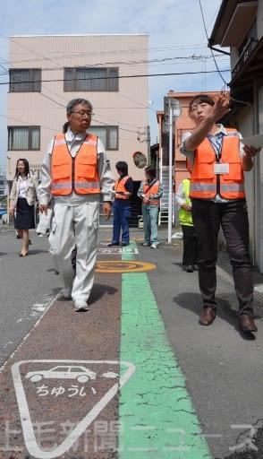 加藤所長(右)の説明を聞きながら現場を確認する高木市長