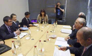 OECDのグリア事務総長(右手前から2人目)と会談する河野外相(左端)=22日、パリ(共同)
