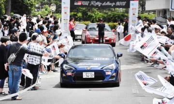 セレモニーで順次発進するラリーカー=2018年5月、福井県勝山市役所前