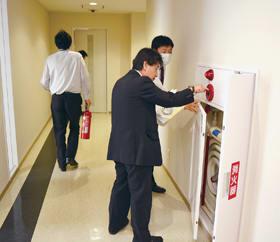 消火栓を確認する室蘭信金職員