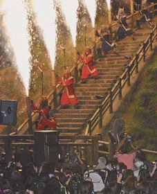 大勢の観衆が詰め掛ける「地獄の谷の鬼花火」に向けて万全を期す