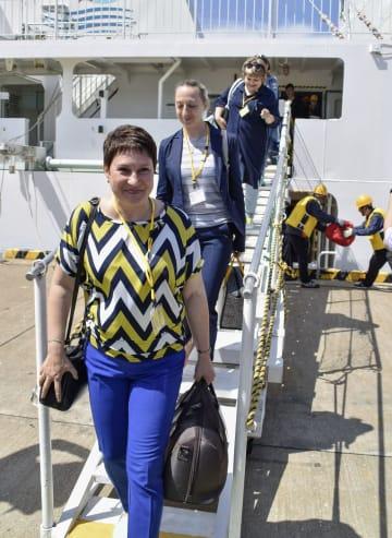「ビザなし交流」で北海道・根室港に到着したロシア側訪問団=23日午前