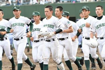 東海大菅生(東京)に0-4で敗戦後、スタンドへあいさつに向かう専大松戸の選手たち=大宮公園