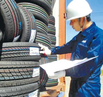 仙台塩釜港で輸出用タイヤを検査する税関職員(仙台塩釜税関支署提供)