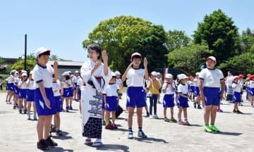 踊り団体のメンバーから美しく見える動作を学ぶ児童=22日、大多喜町