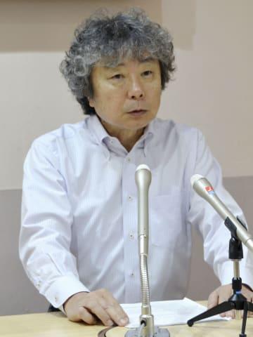 記者会見する児童養護施設「愛児の家」の石綿徳太郎施設長=23日午前、東京都中野区