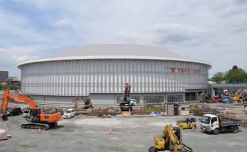 6月中旬に完成予定の長根屋内スケート場。手前では駐車場の整備が進む