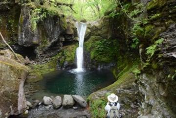 滝つぼへ水が流れた「おしらじの滝」
